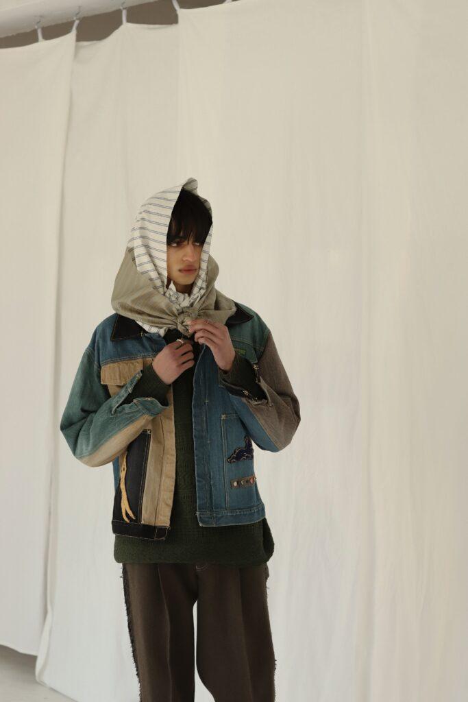 koki21aw Y denim jacket 今回のシーズンにおいてKHOKIが夢中になったのはアメリカンキルト。 1994年に日本ヴォーグ社から出版された『アメリカ/キルトの世界』に掲載された 数々のキルトから影響を受けた。  特に興味深かったのは本来キルトや民芸品はその土地に欠かせない道具や動物、草木をモチーフにすることが多いのだがこの資料には扇子やインド象、東洋モチーフを配したキルトが沢山見受けられた。 どうやら東洋文化への憧れが一つのムーブメントとしてあった1880年ごろのキルトが多い。  そんな憧れが生んだ美しさをこのデニムに詰め込みました。 モチーフは右前見頃上に月、右前見頃下に鉄、左前見頃上に扇子、左前見頃下に兎となります。  刺繍、デニム加工は一点一点職人による手作業で作るため、商品ごとに多少の個体差があります。