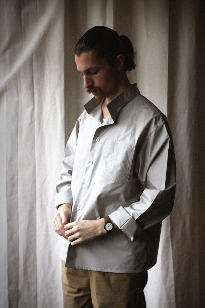 A State of Nature 何よりも品質を重視したブランドです。 このブランドの立ち上げの動機はとてもシンプル。 デザイナーの Barbara Fidler [バルバラ・フィドラー] は高品質で美しいハンドメイドのシャツ仕立てを学び、職人として働いている間、ある不満を感じるようになりました。素晴らしくクラフトされ、長持ちするシャツが実際に必要としている(肉体労働をしている)人々の手に届いていないこと。 そこで彼女は、シンプルなワークウェアにインスパイアされた小さなコレクションを可能な限り最高品質の物作りをする事に全力を注ぐことに。その中で最も重要な点、それは、全て日々着用する事を想定したものであることでした。シリーズのシェイプは、身に纏う事を目的としたルーズフィットのパターンを中心にデザインされ、如何なる仕事をしていても、一日中快適に着ていられます。 A State of Natureの高い基準が一つ一つのアイテムに確実に反映されるよう、全ての製品はロンドンで手作りされています。